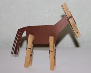лошадка из прищепок