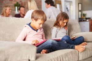 из-за смартфонов дети теряют детство